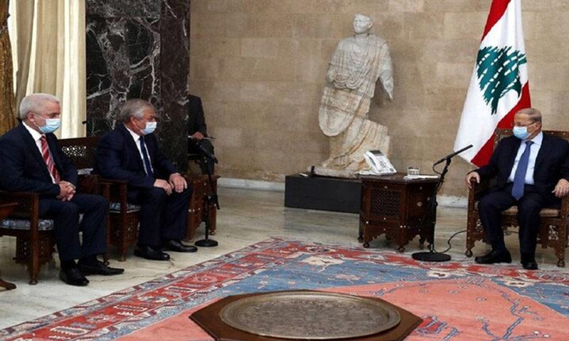 الرئيس اللبناني ميشيل عون خلال استقبال وفد روسي برئاسة المبعوث الخاص للرئيس الروسي للشؤون السورية الكسندر لافرنتييف - 28 تشرين الأول 2020 (وزارة الإعلام اللبنانية)