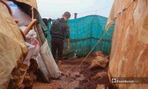 تحولت المساحات الفارغة ما بين الخيام إلى مستنقعات من الطين بعد هطول الأمطار الغزيرة على مخيم الرمضون على أطراف قرية كفر عروق شمالي إدلب - 2 تشرين الثاني 2020 (عنب بلدي/إياد عبد الجواد)