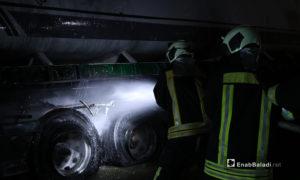 عناصر الدفاع المدني تستطيع إخماد الحريق الحاصل في صهريجي نقل للنفط الحاصل بعد انفجار مجهول على المتحلق الشمالي في مدينة الباب شمالي حلب - 2 تشرين الثاني 2020 (عنب بلدي/عاصم الملحم)