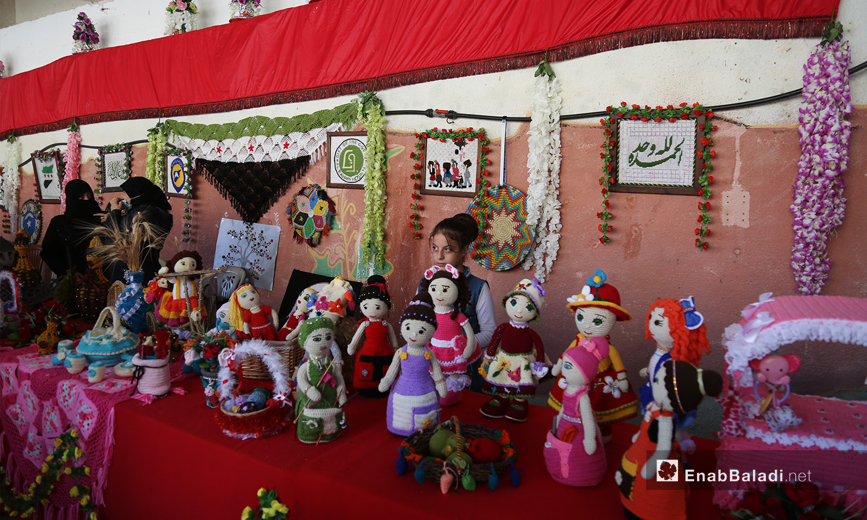 دمى مصنوعة يدويًا معروضة في مهرجان الرمان الثالث بدركوش في ريف إدلب الغربي  - تشرين الأول 2020 (عنب بلدي/ يوسف غريبي)