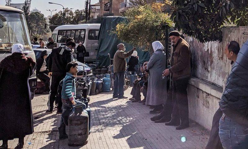 سوريون ينتظرون الحصولى جرات الغاز في دمشق، 25 كانون الثاني 2020 ، عدسة شاب دمشقي)