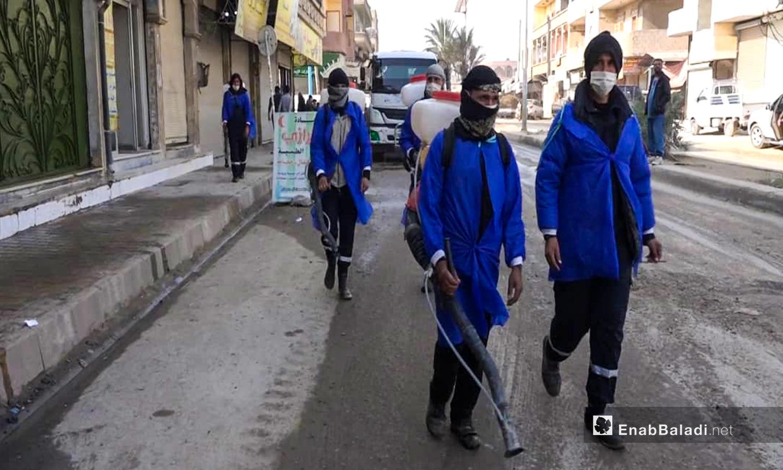 حملة التعقيم في أسواق الرقة - 27 تشرين الثاني 2020 (عنب بلدي/ حسام العمر)