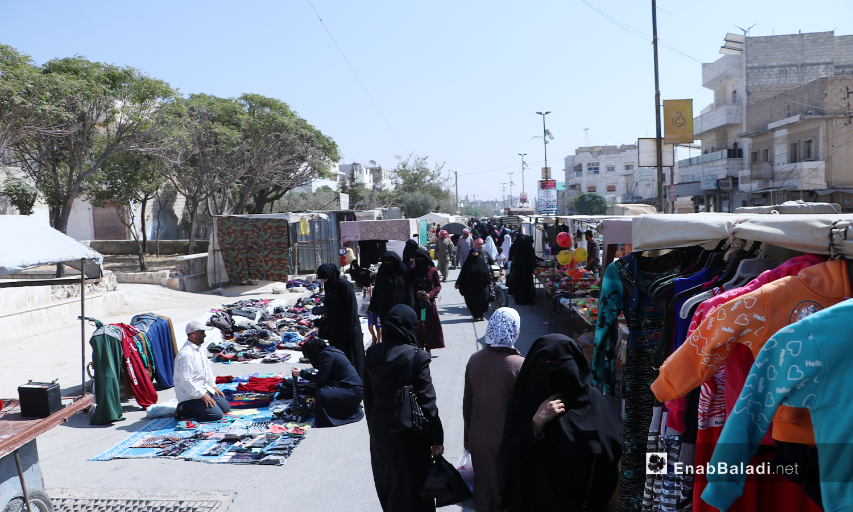 """حركة السوق في أحد شوارع مدينة الباب بريف حلب الشمالي لم تحدها الدعوات للوقاية من الإصابة بفيروس """"كورونا"""" -24 تشرين الثاني 2020 (عنب بلدي/ عاصم الملحم)"""