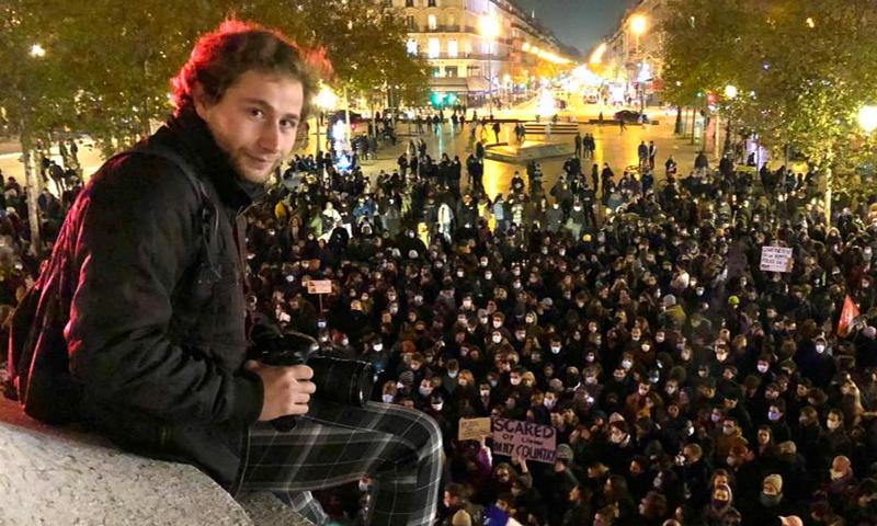 المصور السوري أمير الحلبي أمام مظاهرة في فرنسا (حساب فارس الحلو/ فيس بوك)