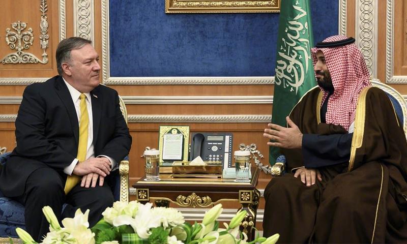 وزير الخارجية الأمريكي مايك بومبيو وولي العهد السعودي محمد بن سلمان (رويترز)