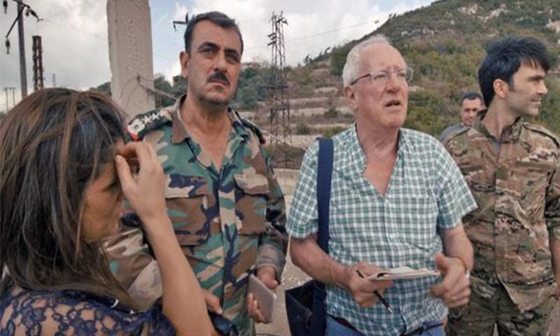 الصحفي البريطاني روبرت فيسك برفقة جنود النظام في أثناء تغطيته الأحداث في سوريا - 2012