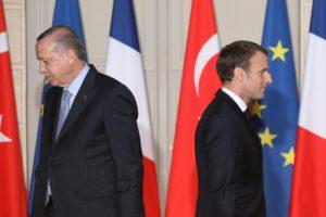 الرئيسان التركي رجب طيب أردوغان (إلى اليسار) والفرنسي إيمانويل ماكرون خلال مؤتمر صحفي مشترك في قصر الإليزيه ، 5 كانون الثاني 2018 في باريس AFP