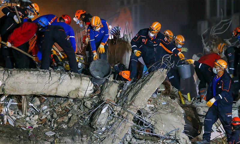 من أعمال الإنقاذ في مدينة إزمير التركية 3 من تشرين الثاني 2020 (الأناضول)