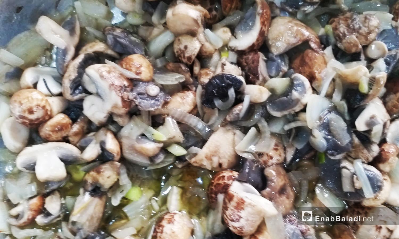 يطبخ الفطر بإضافة البصل وزيت الزيتون ويعتبر من الأطعمة الرائجة والمحببة في محافظة القنيطرة خلال فصل الشتاء - تشرين الثاني 2020 (عنب بلدي)