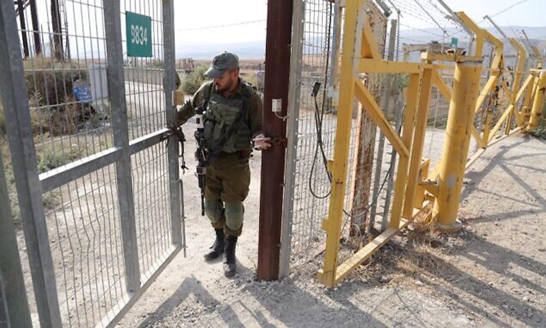 جندي إسرائيلي يغلق بوابة حدودية على الجانب الإسرائيلي من الحدود في موقع نهاريم في غور الأردن. (وكالة الصحافة الفرنسية) 8 من تشرين الثاني 2019