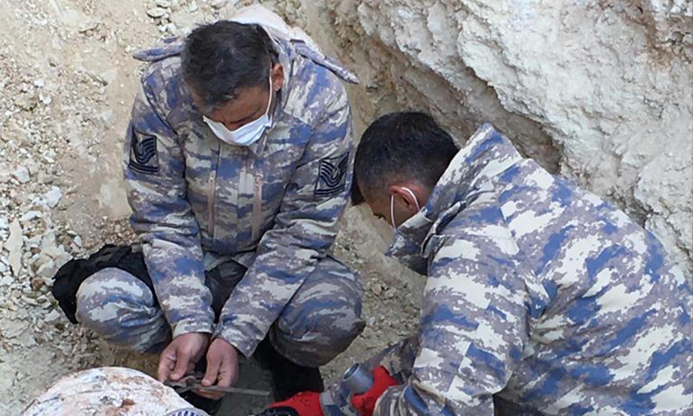 عناصر من القوات التركية يفككون قنبلة في مدينة الباب بريف حلب - 7 من كانون الأول 2020 (وزارة الدفاع التركية)