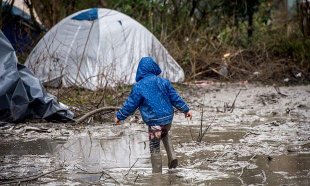 طفل في مخيم للاجئين في بلدة غراند سينث الساحلية بالقرب من دونكيرك ، شمال فرنسا ، في عام 2016. ستيفاني ليكوك / وكالة حماية البيئة