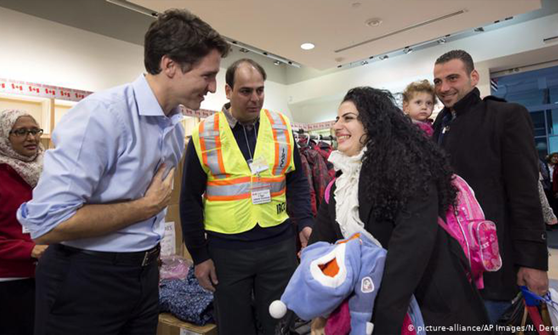 جاستن ترودو يرحب باللاجئين السوريين الذين وصلوا إلى تورونتو في عام 2015. تعهد الزعيم الكندي بقبول آلاف آخرين هذا العام بينما يسعى الرئيس الأمريكي دونالد ترامب إلى وقف وصول اللاجئين. © شباط 2017 (AP)