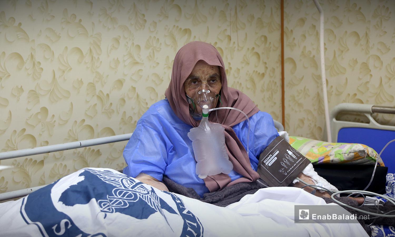 """إمرأة مسنة مصابة بـ """"فيروس كورونا"""" - 18 تشرين الأول 2020 (عنب بلدي / يوسف غريبي)"""
