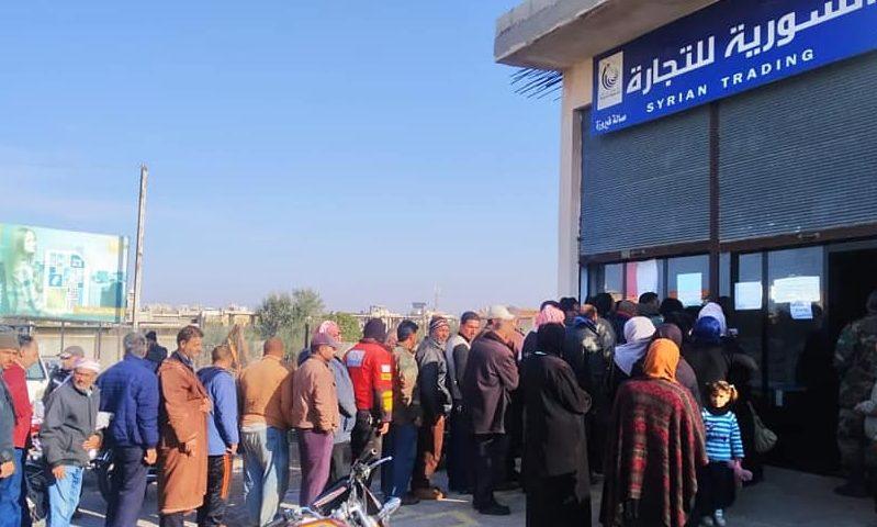 مواطنون يصطفون للحصول على مخصصاتهم التموينية من السورية للتجارة، 30 من تشرين الثاني 2020 (السورية للتجارة)