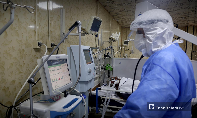 أحد أفراد الكادر الطبي في مستشفى الزراعة بمحافظة إدلب - 18 تشرين الأول 2020 (عنب بلدي / يوسف غريبي)