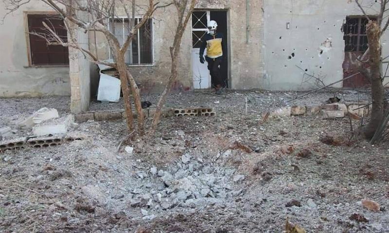 عنصر من الدفاع المدني يتفقد آثار القصف على بلدة البارة في ريف إدلب الجنوبي - 7 تشرين الثاني 2020 (الدفاع المدني)