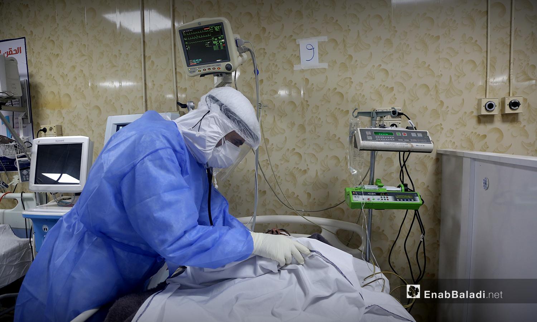 أحد أفرد الكارد الطبي يعتني بالمرضى المصابين بـ فيروس كورونا - 18 تشرين الأول 2020 (عنب بلدي / يوسف غريبي)