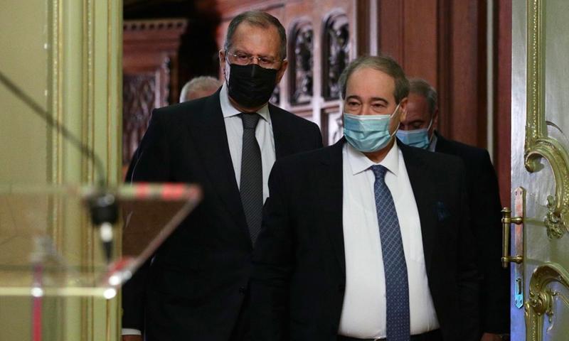 وزير الخارجية الروسي سيرغي لافروف ووزير الخارجية السوري فيصل المقداد في موسكو - 18 كانون الأول 2020 (EPA)