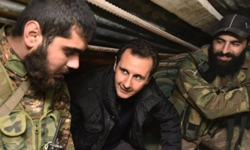 رئيس النظام السوري بشار الأسد مع مقاتلي من قواته (رئاسة الجمهورية)