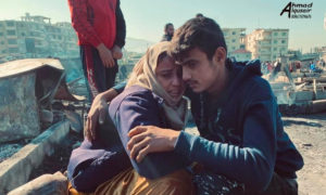لاجئان سوريان في مخيم المنية شمالي طرابلس بعد تعرضه لحريق أدى إلى تهجيرهم - 27 من كانون الأول 2020 (الصحفي أحمد القصير)