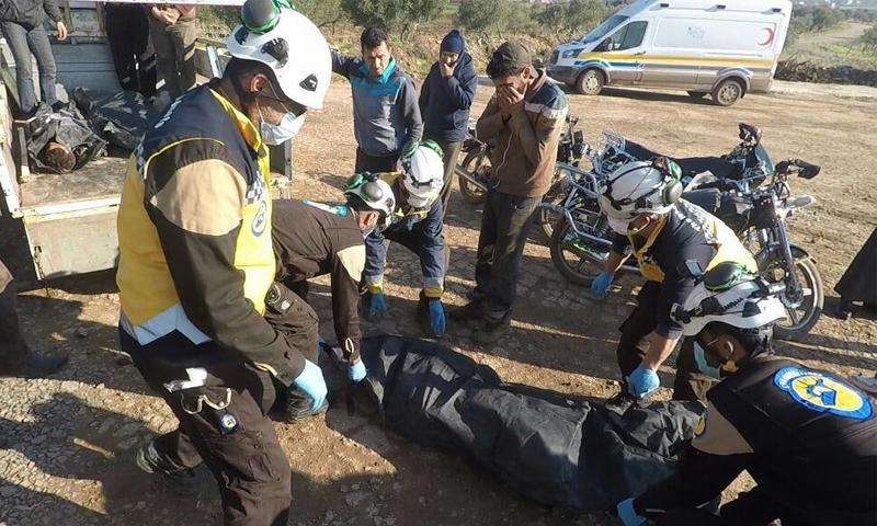 فرق الدفاع المدني تنقل جثامين مدنيين قتلوا باستهداف لقوات النظام على قرية الزقوم في ريف حماة الشمالي - 26 كانون الأول 2020 (الدفاع المدني)
