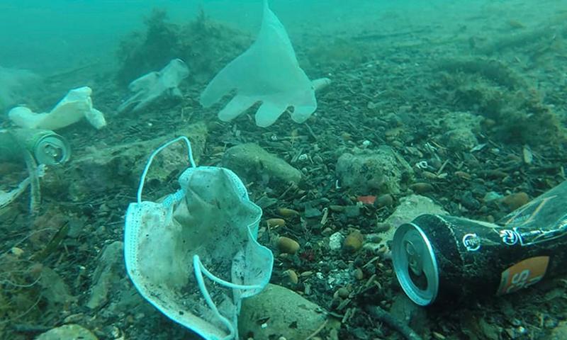 وجد الغواصون في البحر الأبيض المتوسط عشرات من القفازات وأقنعة الوجه منتشرة على طول قاع البحر ، مما يشكل خطرًا على الحياة البحرية. عملية Mer Propre (أسوشييتد برس)