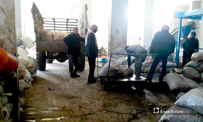 يزن المزارعون أكياس الزيتون التي يجلبونها إلى المعصرة في حوض اليرموك بدرعا - كانون الأول 2020 (عنب بلدي/ حليم محمد)