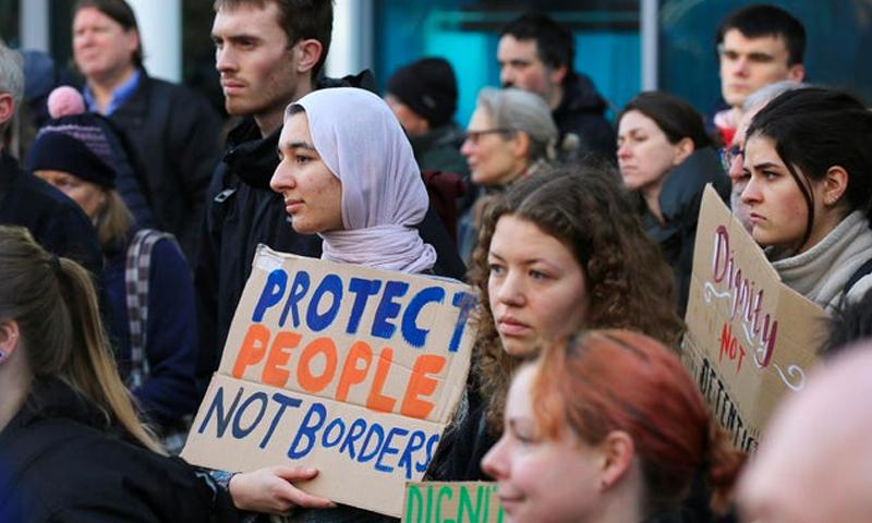 """لاجئون يحتجون على الترحيل خارج """"فولكان هاوس"""" في شيفيلد في المملكة المتحدة - أيلول 2020 (Chris Etchells)"""