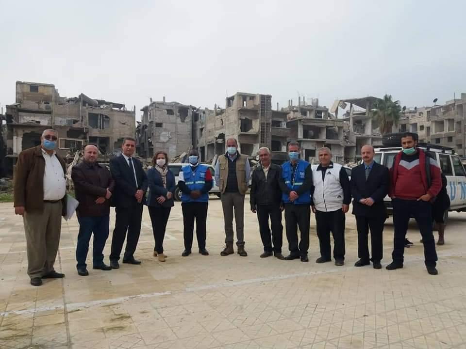 """المنسق المقيم للأمم المتحدة في سوريا، عمران ريزا، في زيارة لمخيم """"اليرموك"""" بدمشق، كانون الأول 2020."""