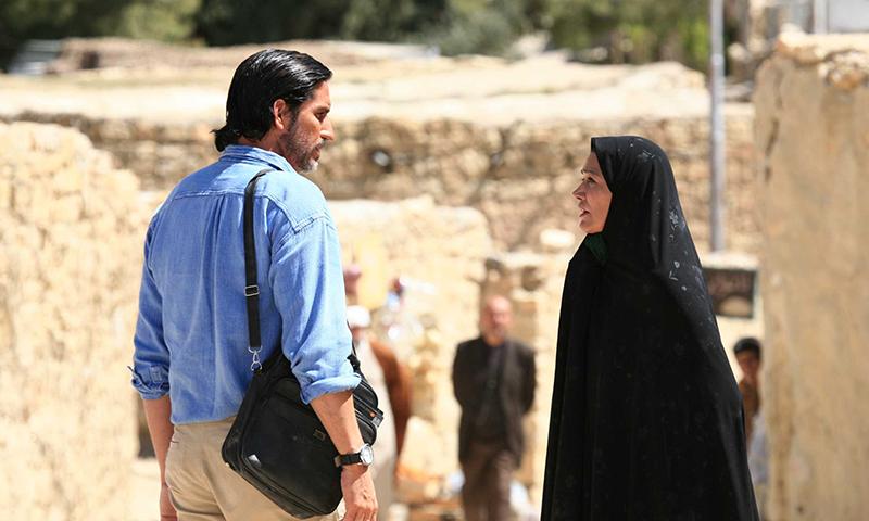الخالة زهرة برفقة الصحفي الفرنسي تحاول دعوته لتخبره قصة ثريا- 21 من كانون الأول (برومو الفيلم)