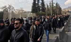 سوريون من بينهم عدد من الفنانين أثناء تشييع المخرج حاتم علي في مدينة دمشق- 1 من كانون الثاني 2021 (إي تي عربي)