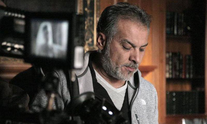 حاتم علي أثناء تصوير مسلسل العراب (البيان الإماراتية)