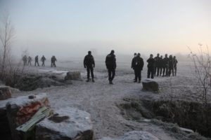 ضباط ومسؤولون في إخلاء قسري 9 من كانون الثاني_ صحيفة الجارديان البريطانية