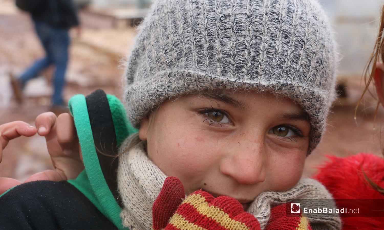 """طفل يقف أمام خيمته في مخيمات منطقة """"الوطى في إدلب- 14 كانون الثاني 2021 (عنب بلدي / إياد عبد الجواد)"""
