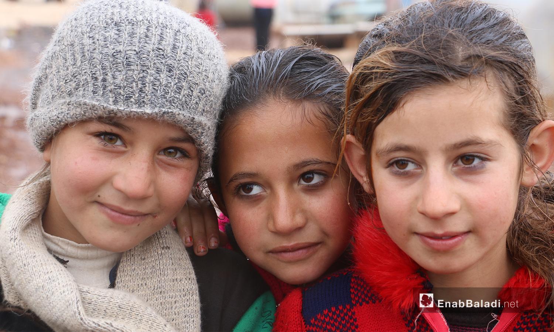 """أطفال يقففون أمام الخيم في منطقة """"الوطى"""" - 14 كانون الثاني 2021 (عنب بلدي / إياد عبد الجواد)"""
