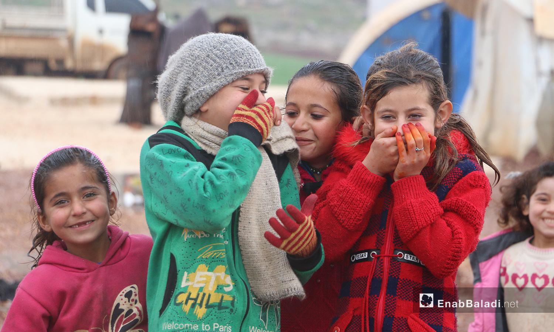 """أطفال خرجوا للعب بعد إنتهاء العاصفة المطرية في مخيمات منطقة """"الوطى""""في إدلب - 14 كانون الثاني 2021 (عنب بلدي / إياد عبد الجواد)"""
