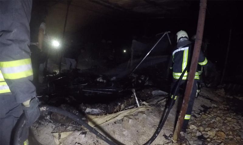 فرق الدفاع المدني تطفئ حريقًا نشب في مخيم للنازحين في ريف إدلب الشمالي - 11 كانون الثاني 2021 (الدفاع المدني)