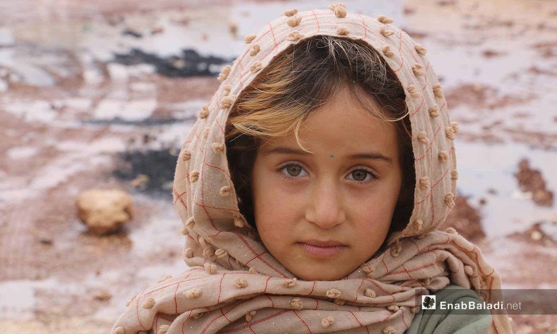 """طفلة أمام خيمتها في مخيمات منطقة """"الوطى"""" في إدلب - 14 كانون الثاني 2021 (عنب بلدي / إياد عبد الجواد)"""