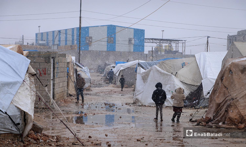 تساقط الثلوج في مخيم ضيوف الشرقية بمدينة الباب بريف حلب الشمالي - 20 كانون الثاني 2021 (عنب بلدي - عاصم الملحم)
