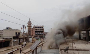 دخان متصاعد نتيجة حريق نشب بعد اشتباكات عشائرية في مدينة طفس بريف درعا االغربي - 13 كانون الثاني 2021 (طفس الحدث)