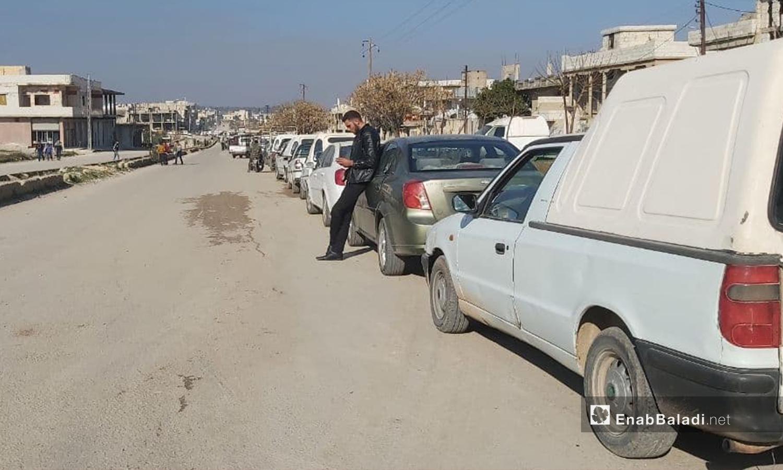 طابور لتعبئة البنزين في ريف حمص الشمالي - 10 كانون الثاني 2021 (عنب بلدي/ عروة المنذر)