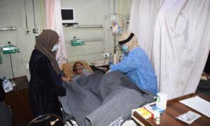 ممرضة تعتني بمريض يستخدم التنفس الصناعي في مشفى الرازي الحكومي في مدينة حلب - 4 كانون الثاني 2021 (صفحة المركز الإذاعي والتلفزيون بمحافظة حلب على فيسبوك)