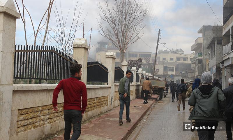 توجه الأهالي إلى مكان انفجار في مدينة اعزاز - 31 من كانون الثاني 2021 (عنب بلدي/ بشار الفارس)