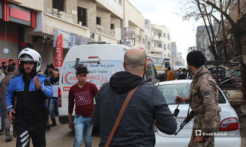 مدنيون وعناصر الدفاع المدني والقوات العسكرية في مكاان انفجار بمدينة اعزاز - 31 من كانون الثاني 2021 (عنب بلدي/بشار الفارس)