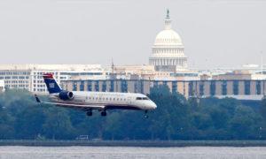 طائرة أمريكية تهبط في مطار واشنطن الوطني - 2 آب 2012 (ِAP)