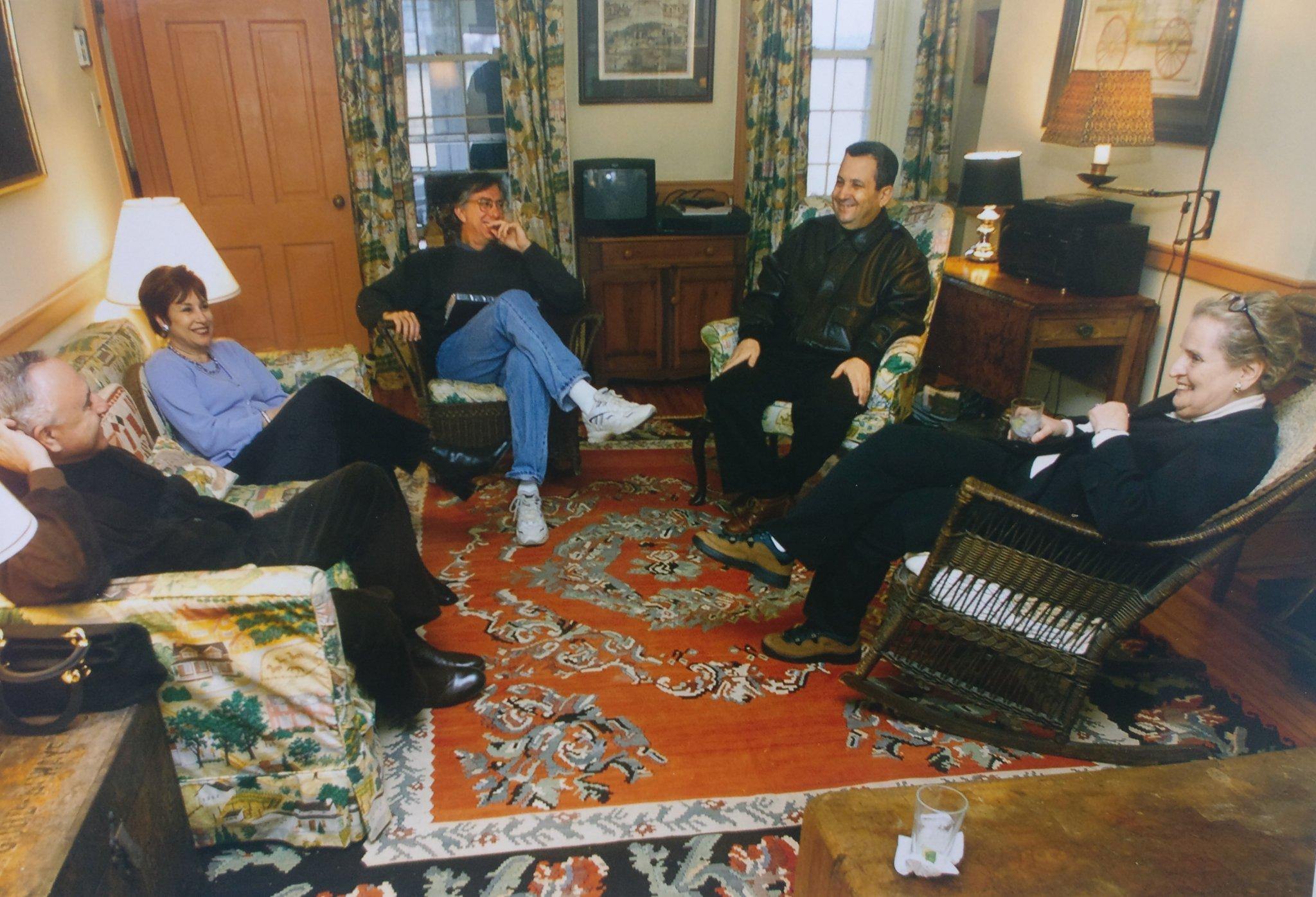 محادثات السلام التي تجمع وزير الخارجية السوري الأسبق فاروق الشرع ورئيس الوزراء الإسرائيلي الأسبق إيهود باراك برعاية أمريكية في كامب ديفيد (الصحفي الإسرائيلي شمعون آران)