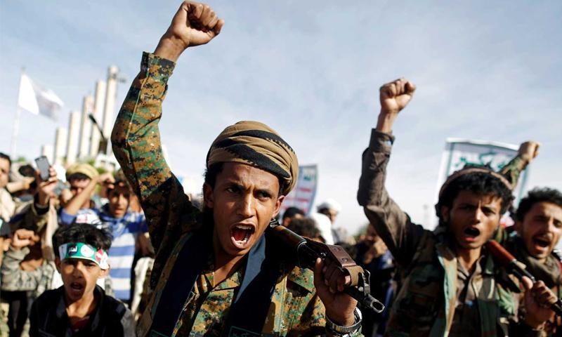 """""""أنصار الله""""التابعون لـ """"جماعة الحوثيين"""" يرددون هتافات أثناء مشاركتهم في تجمع لإحياء الذكرى الرابعة للتدخل العسكري بقيادة السعودية في حرب اليمن- 26 من آذار 2019 (رويترز)"""