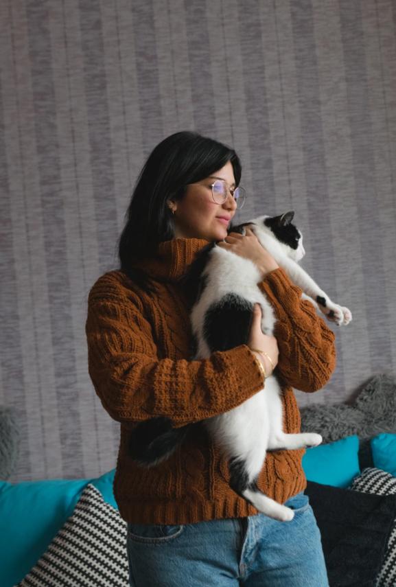 """هبة وقطتها """"كيرا"""" في المنزل في هولندا (موقع vice)"""