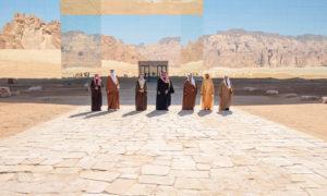 قادة دول مجلس التعاون الخليجي أمام مبنى القمة الخليجية في مدينة العلا السعودية، اليوم 5 من كانون الثاني (وكالة الأنباء السعودية)